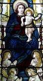 Mary avec le bébé Jésus en verre souillé Photographie stock libre de droits