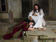 Mary de Bethany que unta os pés de Jesus fotografia de stock royalty free