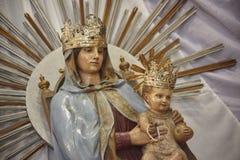 Mary, die Baby Jesus in ihren Armen hält Lizenzfreies Stockfoto