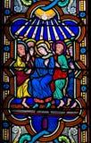 Mary en de Apostelen bij Pinksteren - Gebrandschilderd glas royalty-vrije stock afbeeldingen