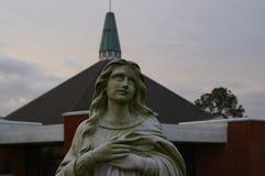 Mary framme av kyrkan Arkivfoto