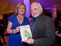 Mary Kennedy, RTE, assina seu livro a P.Connolly Imagem de Stock Royalty Free