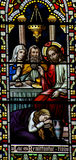 Mary Magdalene die de voeten van Jesus in gebrandschilderd glas wassen Stock Foto's