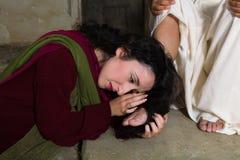 Mary Magdalene séchant des pieds de Jésus avec ses cheveux photos stock