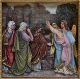 Mary Magdalene und Frauen am leeren Grab von Jesus am Tag der Auferstehung Stockbild
