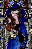 Mary mit Baby Jesus in ihren Armen (Buntglas) Stockbilder