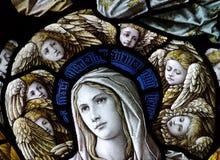 Mary mit Engeln um ihr Haupt (Buntglas) stockbild