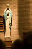 Mary na igreja católica Fotos de Stock Royalty Free