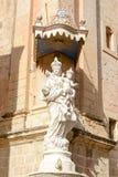 Mary och Jesus staty utanför kyrkan av förklaringen av Arkivfoton