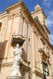 Mary och Jesus staty utanför kyrkan av förklaringen av Royaltyfria Foton