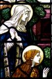 Mary och Mary Magdalene i ett målat glassfönster Royaltyfri Foto