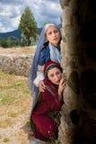 Mary och Mary Magdalene som ser in i den tomma gravvalvet royaltyfri foto
