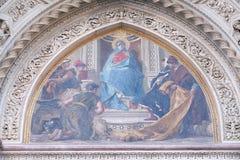 Mary omgav vid Florentine Artists, köpmän och humanister, portal av Florence Cathedral Royaltyfria Bilder