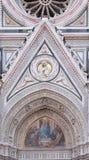 Mary omgav vid Florentine Artists, köpmän och humanister, portal av Florence Cathedral Arkivfoton