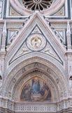 Mary omgav vid Florentine Artists, köpmän och humanister, portal av Florence Cathedral Royaltyfri Fotografi