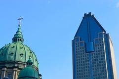 Mary Queen der Weltkathedrale und de 1000 la Gauchetiere in Montreal Lizenzfreies Stockfoto