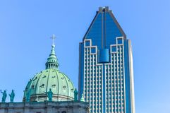 Mary Queen van de Wereldkathedraal en 1000 DE La Gauchetiere in Montreal Royalty-vrije Stock Afbeelding