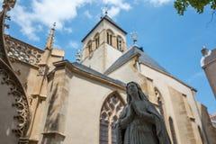Mary staty med kyrkan i bakgrund arkivfoton