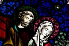 Mary und Joseph im Buntglas lizenzfreie stockfotos