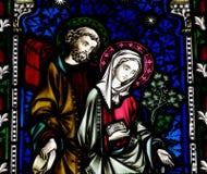 Mary und Joseph im Buntglas stockfoto