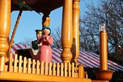 Mary wood docka på en julkarusell i Berlin arkivbild
