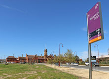 MARYBOROUGH, VICTORIA, AUSTRÁLIA - a construção de tijolo vermelho atual da estação de trem de Maryborough foi erigida em 1890 fotos de stock