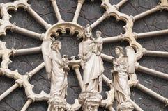 Maryja Dziewica rzeźbił na Różanym okno Notre Damae w Parise Obraz Stock