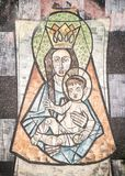 Maryja Dziewica z dzieckiem Jezus malował na ścianie antyczny cem obrazy royalty free