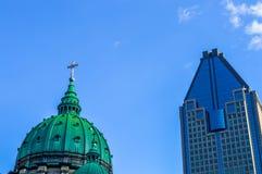 Maryjna królowa Światowa katedra i 1000 De Los angeles Gauchetiere Zdjęcia Stock