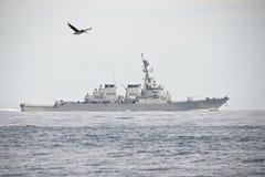 Marynarka wojenna niszczyciel Opuszcza port Zdjęcia Royalty Free