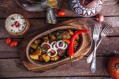 Marynowana piec wieprzowina i grule z orzechami włoskimi kumberlandy i winem, Gruziński naczynia ojahuri obraz stock
