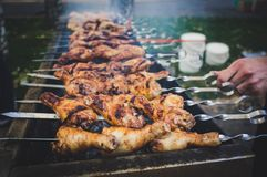 Marynowane kurczak nogi Smażyć Na Gorącym Płomiennym BBQ grillu fotografia royalty free