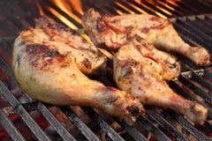 Marynowane kurczak nogi Smażyć Na Gorącym Płomiennym BBQ grillu Zdjęcie Royalty Free