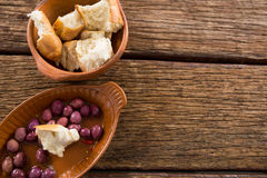 Marynowane oliwki i chlebów kawałki w pucharze Obraz Royalty Free