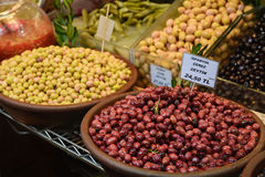 Marynowane oliwki na pikantności wprowadzać na rynek w Istanbuł, Turcja Fotografia Stock