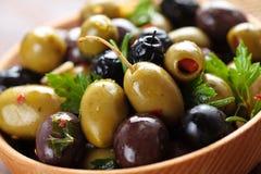Marynowane oliwki w drewnianym talerzu Fotografia Stock