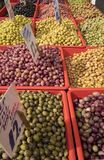 Marynowane oliwki w rynku Zdjęcia Royalty Free