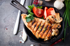 Marynowane piec na grillu zdrowe kurczak piersi zdjęcie stock