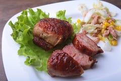 Marynowane roaste kurczaka piersi gotować na BBQ i słuzyć z świeżą sałatką na bielu talerzu, zakończenie zdjęcie royalty free