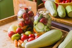 Marynowani świezi warzywa konserwować w butelce obrazy stock