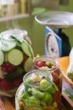 Marynowani świezi warzywa konserwować w butelce zdjęcia royalty free