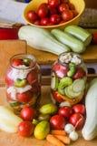 Marynowani świezi warzywa konserwować w butelce fotografia royalty free