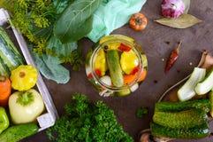 Marynowani warzywa w szklanym słoju Asortowani ogórki, pieprze, marchewki, patissons, zucchini obrazy stock