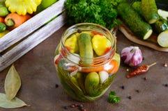 Marynowani warzywa w szklanym słoju Asortowani ogórki, pieprze, marchewki, patissons, zucchini zdjęcia royalty free