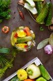 Marynowani warzywa w szklanym słoju Asortowani ogórki, pieprze, marchewki, patissons, zucchini fotografia stock