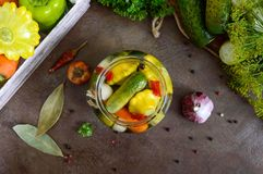 Marynowani warzywa w szklanym słoju Asortowani ogórki, pieprze, marchewki, patissons, zucchini obraz royalty free