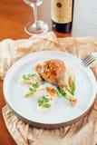 Marynowany piec na grillu kurczak gotujący na BBQ i słuzyć z ziele na drewnianej desce obraz stock