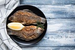 Marynowany smażący rybi karp Korzenny rybi dłoniak z pikantność i cytryną Zdjęcie Stock