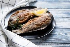 Marynowany smażący rybi karp Korzenny rybi dłoniak z pikantność i cytryną Zdjęcie Royalty Free