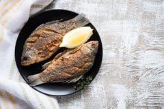 Marynowany smażący rybi karp Korzenny rybi dłoniak z pikantność i cytryną Obraz Royalty Free